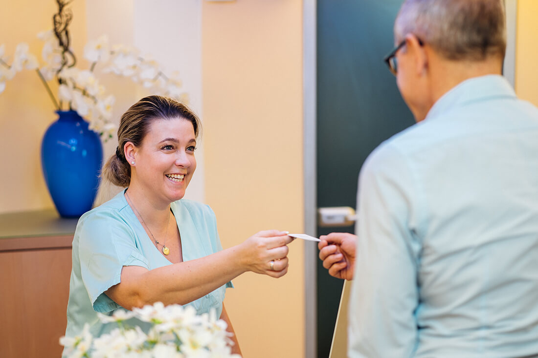 Zahnarzt Trudering - Dr. Gruber - Begrüßung der Patienten am Empfang unserer Praxis