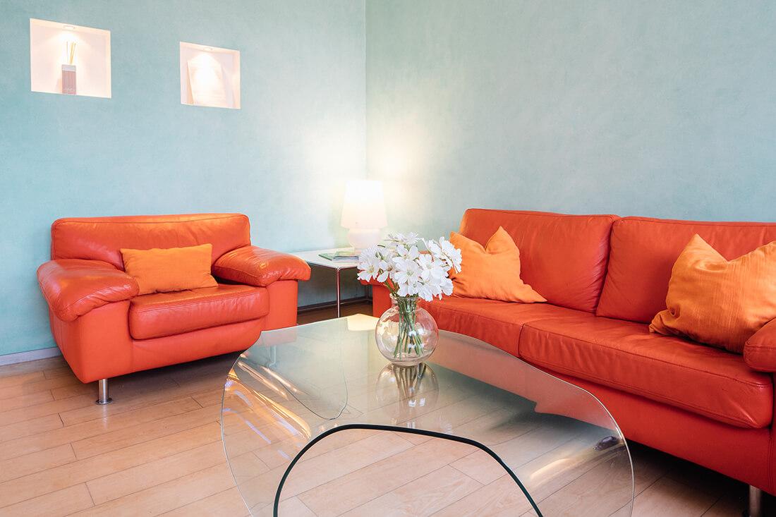 Zahnarzt Trudering - Dr. Gruber - Sofa und Sessel im Wartezimmer unserer Praxis