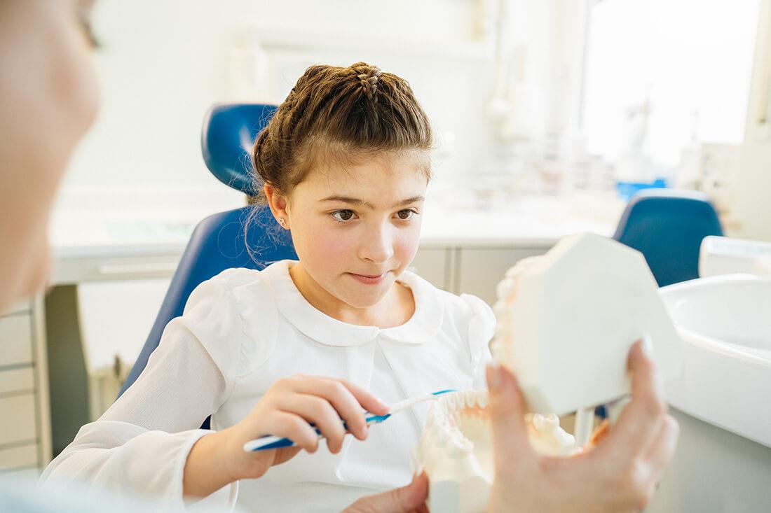 Zahnarzt Trudering - Dr. Gruber - Kind erlernt die richtige Mundhygiene in unserer Praxis